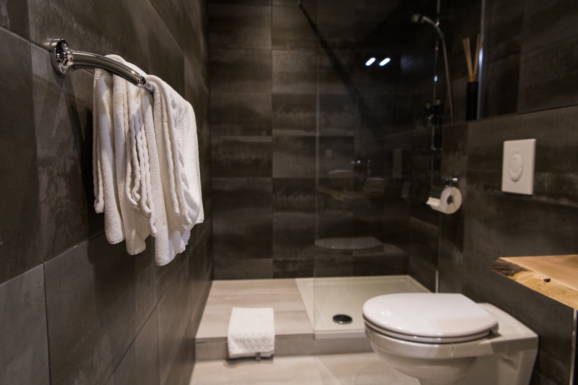 clean-white-towels-on-a-hanger-at-bathroom-against-Y2T4958